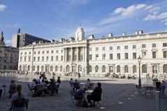 Ontspannen mensen die vierkant van Londen het UK bewonderen Stock Foto's