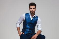 Ontspannen modieuze mens die een blauw vest dragen stock fotografie