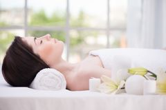 Ontspannen mooie vrouw in kuuroordcentrum Royalty-vrije Stock Foto