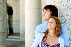 Ontspannen paar in openlucht in liefde Stock Foto's