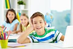 Ontspannen schooljongen Stock Foto's