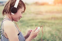 Ontspannen sexy vrouw ademhaling en het luisteren muziek van een smartpho royalty-vrije stock afbeelding