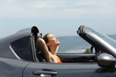 Ontspannen toerist in een open tweepersoonsautoauto op de zomervakanties stock afbeelding