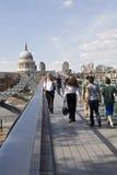 Ontspannen toeristen die millenniumbrug kruisen Stock Foto's
