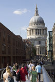 Ontspannen toeristen die millenniumbrug kruisen Royalty-vrije Stock Fotografie