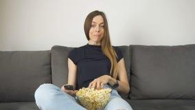 Ontspannen TV van meisjeshorloges met popcorn stock video