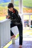 Ontspannen Tween Texting royalty-vrije stock foto's