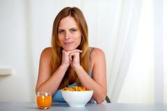 Ontspannen vrij jonge vrouw bij ontbijt royalty-vrije stock foto