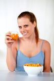 Ontspannen vrij jonge vrouw bij ontbijt stock foto