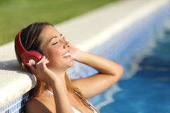Ontspannen vrouw die aan de muziek met hoofdtelefoons luisteren Royalty-vrije Stock Foto's