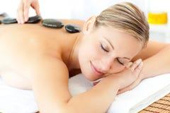 Ontspannen vrouw die een massage heeft stock foto's