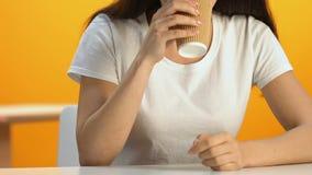 Ontspannen vrouw die hete drank in cafetaria, energieke drank, cafeïne drinken stock video