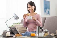 Ontspannen vrouw die ontbijt hebben royalty-vrije stock afbeelding