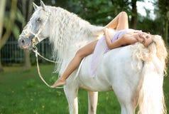 Ontspannen vrouw die op het paard liggen Royalty-vrije Stock Foto