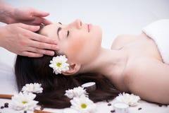 Ontspannen vrouw met bloemen in kuuroordcentrum het genieten van Royalty-vrije Stock Foto's