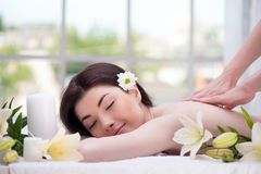 Ontspannen vrouw met bloemen in kuuroordcentrum het genieten van Stock Foto