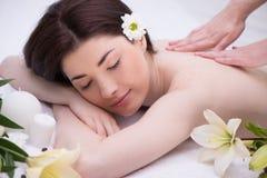 Ontspannen vrouw met bloemen in kuuroordcentrum het genieten van Royalty-vrije Stock Afbeelding