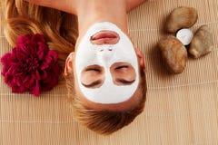 Ontspannen vrouw met een gezichtsmasker Stock Foto