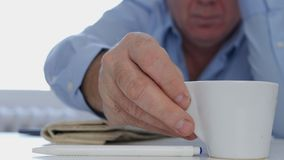 Ontspannen Zakenman die in het Werk Pauze een Verse en Smakelijke Hete Koffie drinkt stock afbeelding