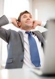 Ontspannen zakenman met laptop in bureau royalty-vrije stock afbeeldingen
