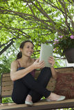 Ontspannend buitenlezing een digitale tablet Royalty-vrije Stock Afbeelding