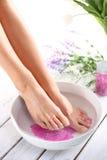 Ontspannend voetbad, ogenblik van ontspanning stock afbeeldingen