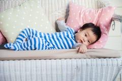 Ontspannende babyjongen op bank Stock Fotografie