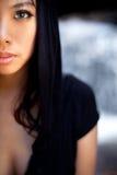 Ontspannende jonge vrouw bij waterval royalty-vrije stock afbeelding