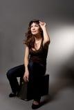 Ontspannende jonge vrouw met glazen Royalty-vrije Stock Fotografie