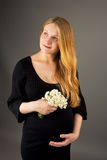 Ontspannende jonge zwangere blonde stock afbeeldingen
