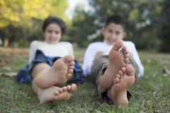 Ontspannende kinderen in de aard Royalty-vrije Stock Foto's