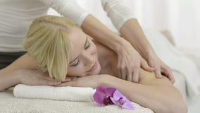 Ontspannende massage bij kuuroord stock video