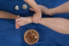 Ontspannende massage op de voet in kuuroordsalon Royalty-vrije Stock Afbeelding