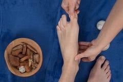 Ontspannende massage op de voet in kuuroordsalon Stock Afbeelding