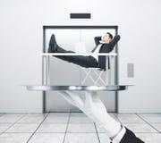 Ontspannende mens op liftachtergrond royalty-vrije stock afbeeldingen