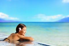 Ontspannende poolvrouw op de reis van de vakantievakantie stock afbeeldingen
