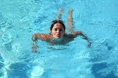 Ontspannende vrouw in zwembad Stock Afbeeldingen