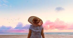Ontspannende vrouwenzitting op het strand Royalty-vrije Stock Afbeeldingen