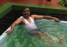 Ontspanning in de pool. Stock Afbeeldingen