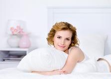 Ontspanning op een bed van jonge vrouw royalty-vrije stock afbeelding