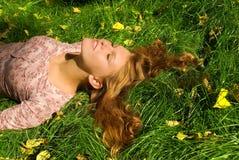 Ontspanning op het gras Stock Fotografie