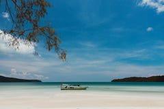 Ontspanning op tropisch strand met traditinalboot Stock Fotografie