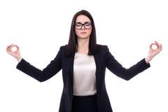 Ontspanningsconcept - mooie bedrijfsvrouw die geïsoleerd o mediteren Stock Fotografie