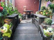 Ontspanningsgebied in een tuin met houten brug Stock Afbeelding