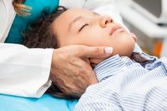 Ontspanningstherapie en bezorgdheidsbeheer voor kinderen, reiky en aromatherapy stock fotografie
