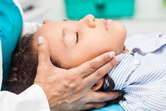 Ontspanningstherapie en bezorgdheidsbeheer voor kinderen, reiky en aromatherapy stock afbeeldingen