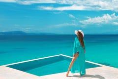 Ontspant de bikini onbezorgde vrouw in swimwear het genieten van wittebroodsweken, meisje royalty-vrije stock afbeelding
