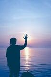 Ontspant de silhouet achtermening van vrouw bij kust en het tonen van einde Royalty-vrije Stock Foto