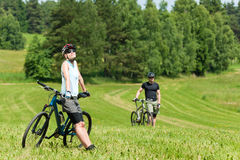 Ontspant het de berg biking paar van de sport in weiden Stock Foto's