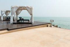 Ontspant het strand voor dubbele leer stoelen binnen een tent die s onder ogen zien Royalty-vrije Stock Foto's